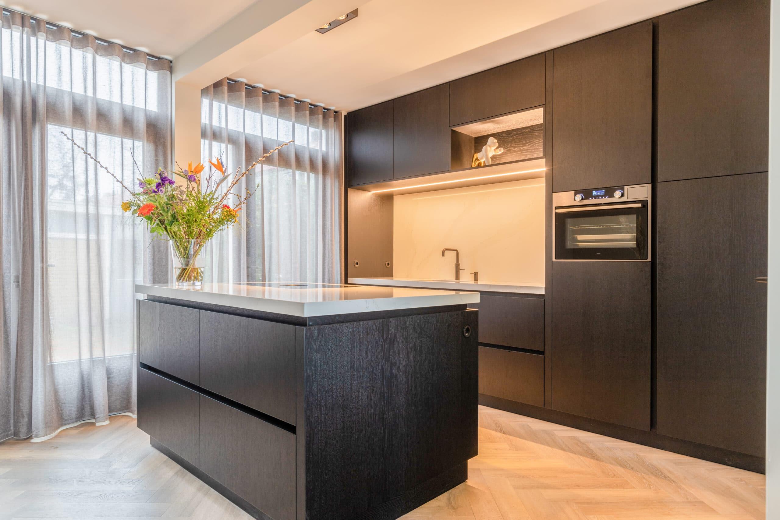Keuken in zwart eik fineer Den Bosch